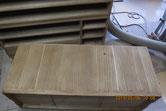 本体の裏板の割れを埋め木修理します。