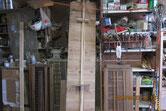 割れて切れた棚板を接地面を作り貼り直し修理です。