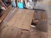 分解した本体側板の鉋がけと表面調整と水塗り