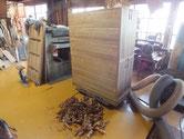 引き出し全面を五杯削り取りました。奥行調整も完了、削ったカンナくずです。