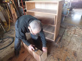 引出の前板を取り新しく貼った板との調整をします。