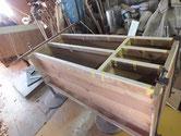 桐たんすの胴縁、棚板を鉋がけにて接地面を作り新しい桐を貼り付けます。
