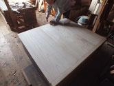 箪笥の裏板の割れが酷いため新しく桐板を作り貼り直します。