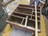 箪笥の胴縁、棚板は割れ、欠けなど多く新しい板を貼ります。