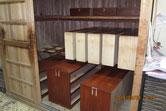 時代箪笥三つ重ねの引出、本体、引き戸に漆塗りを始めました。