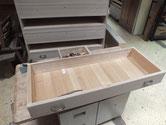 名古屋市より修理依頼の総桐箪笥の金物を外しています。
