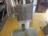 側板の汚れを鉋がけにて削り落とします。