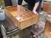 桐箪笥の引出の荒洗いを済ませ洗剤で洗い直しています。