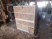 本体の胴縁、棚板に新しい木を貼り木地調整を終えました。
