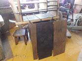 本体裏板を剥がし削り付け木地を出す作業をしました。