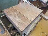 水屋戸棚の引出底板の割れに埋め木修理をしています。
