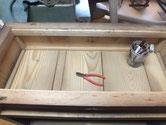帳場箪笥の天板の釘を抜き板を取り除きました。