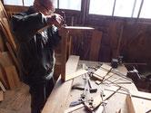 関市より修理依頼の時代箪笥の引出底板などの割れ修理です。傷みがひどい為大変です。