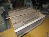 裏板が所々割れ、ネズミによる穴がある為、桐板に貼りかえます。