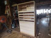 引出、胴縁、棚板、盆引きなど前面に新しい桐柾板を貼り木地が出来ました。