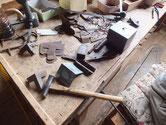 徳島より修理依頼の時代箪笥の金物の汚れ取りと錆取りです。