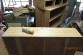 木地調整した面にカルカヤをかけ柾目を引き立たせます。