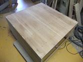 長い年月の間には板と板を剥いだ所が剥がれ割れます。その隙間に埋め木をして修理をします。