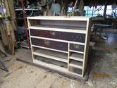 本体の胴縁、棚板に新しい板を貼り引出が収まる修理をします。