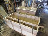胴縁、棚板に接着面を作り新しい桐を張り付けています。