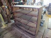 表面の塗膜を取り裏板を剥がし棚板の割れを修理します。