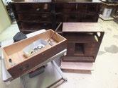 修理依頼の茶箪笥と文机の金物外しをしました。