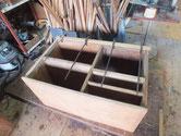 この箪笥は裏板が割れる作りのため台輪を作る修理です。