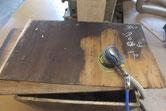 裏板の割れを糊で固めてから汚れを取っています。