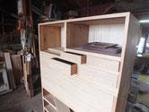 時代箪笥の引出本体に新しく作った前板をくっ付ける作業です。今日は小引だけの仕事になりました。