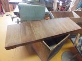 大きな盆引きです。底板が所々割れていて埋め木修理です。