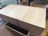 修理に来る箪笥はほとんどが割れていて底板の埋め木修理は慣れたものです。