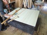 時代箪笥の裏板は塗装がしてあり割れ方が素直でないことが多く、当店では桐板に交換します。