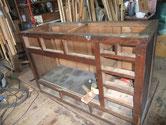 名古屋市より修理依頼の水屋戸棚の分解に入りました。天板、棚板の錆びたくぎを抜き本格的な分解に入ります。