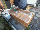 八百津町より修理依頼の桐箪笥の本体、引出の洗いをしました。