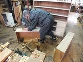 桐箪笥引出前板に新桐を貼りました。前板の新桐を削り付け表面を整えます。
