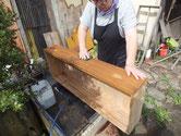 桐たんすの引出表面の砥の粉とヤシャを洗い木地を出します。