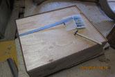 古い板は剥がし新しく作った裏板をはめ込み釘で固定します。