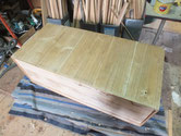 桐箪笥本体裏板の割れに埋め木をして割れを塞ぎます。