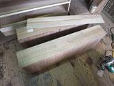 引出前板の掘り込みを埋め新しい柾桐を張り直します。