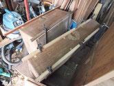 この箪笥の前板は再利用出来るため角の欠けている所を修理します。