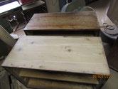 ヤニ取りをして木地調整した天板とヤニの出た天板です。