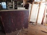 時代箪笥の裏板を剥がし後ろに写っている桐板に貼り換えます。