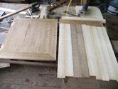 削り付けた開き戸の面に柾を木取貼り付ける準備をしました。