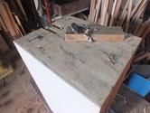 塗膜の付いた側板を鉋がけして取り除きます。