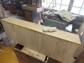 木地調整が終わった引出全面にカルカヤをかけ柾目を引き立たせます。