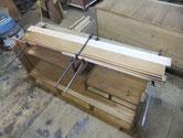 桐たんすの天板が縮み、天板が前縁より凹んでいる為、外して木を足して修理します。