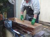桐たんすの表面の砥の粉を落す為にたわしで荒洗いをして洗剤洗いをします。