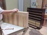 引き出し全面を砥の粉ヤシャ仕上げました。表面をロウを塗り保護膜を作ります。