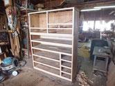 昨日貼り付けた胴縁、棚板の木が乾燥したため削り付け完了しました。