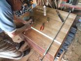 桐箪笥の裏板が割れているため足りない木を足し修理します。